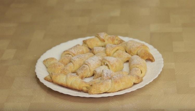 Готовые рогалики из творожного теста можно посыпать сахарной пудрой.