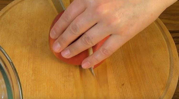 Яблоко разрезаем пополам и удаляем сердцевину.