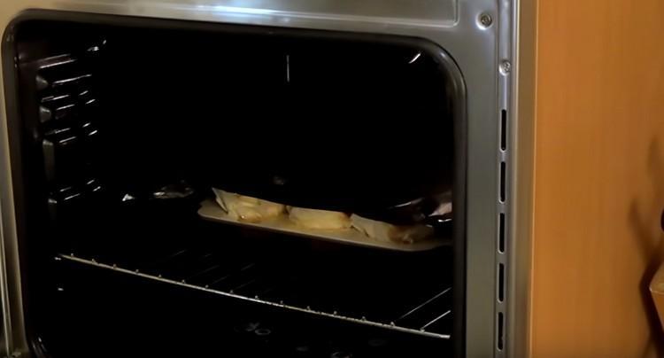 Через 15 минут накрываем заготовки в духовке фольгой, чтобы они не подгорали.