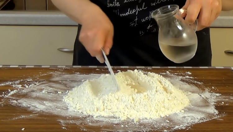 Понемногу добавляя ледяную воду с уксусом в муку с маслом, собираем ножом тесто.
