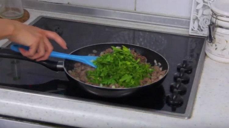 К мясной начинке добавляем измельченную зелень.