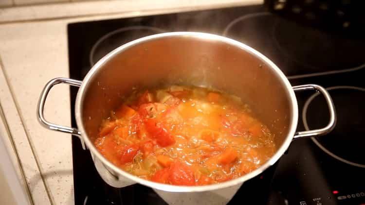 Для приготовления супа из минтая, добавьте специи