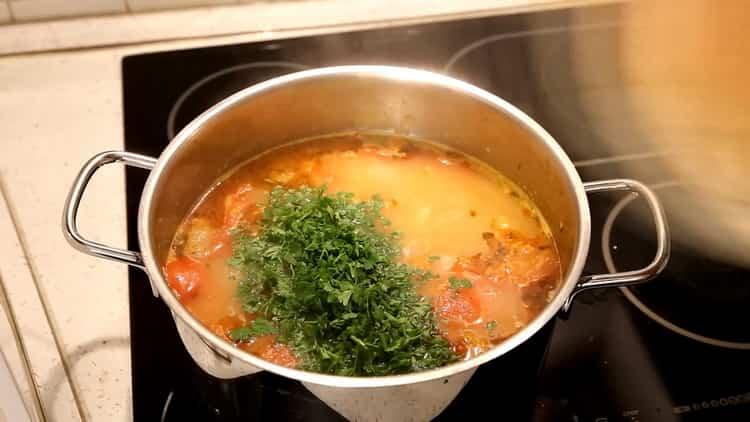 Для приготовления супа из минтая, добавьте рыбу