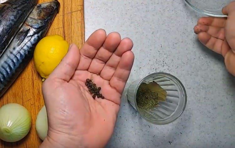 В стакане или пиале соединяем подготовленные специи, соль, сахар.