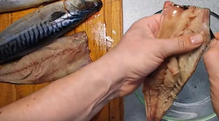 разрезаем тушки рыбы на филе.
