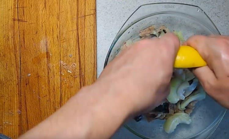 К рыбе с луком выдавливаем лимонный сок.