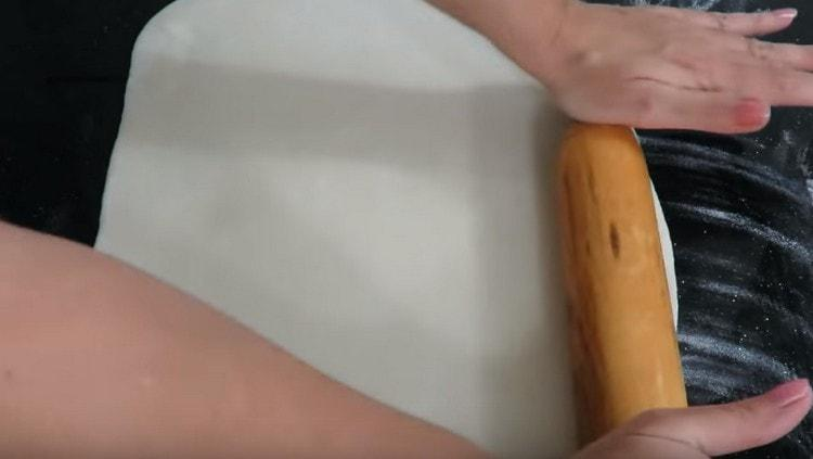Тонко раскатываем тесто скалкой.