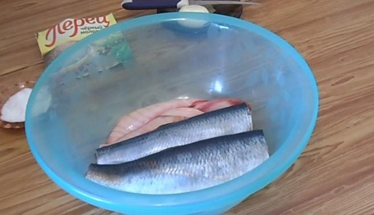 Потрошим рыбу, удаляем внутри черную пленку.