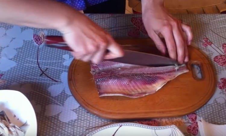 Ножом аккуратно отделяем филе от хребта и одно от другого.