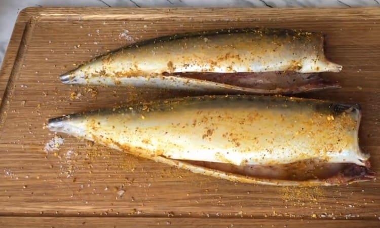Натираем рыбу солью, перцем, специями для рыбы.