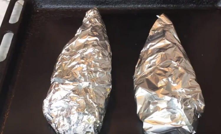 Плотно заворачиваем рыбу в фольгу и отправляем в духовку.