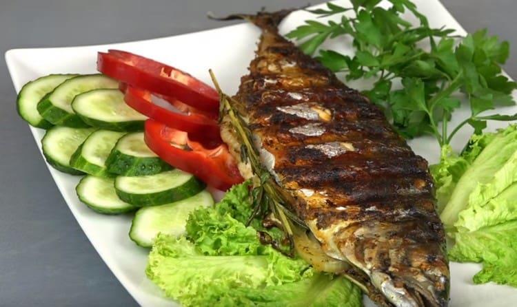 Скумбрия, приготовленная на гриле, прекрасно сочетается со свежими овощами.