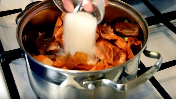 В кипящую воду выкладываем луковую шелуху, черный чай, соль.
