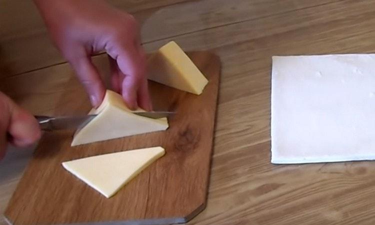 Нарезаем треугольничками сыр.