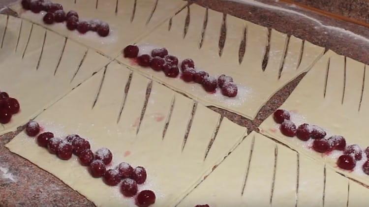 Посыпаем ягоды сахаром.