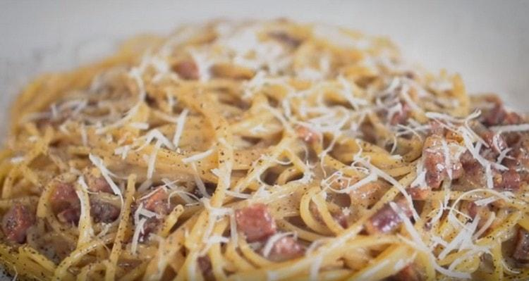 При подаче спагетти с беконом можно посыпать пармезаном.