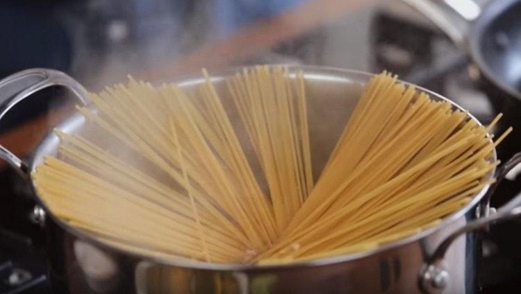 Ставим вариться спагетти.