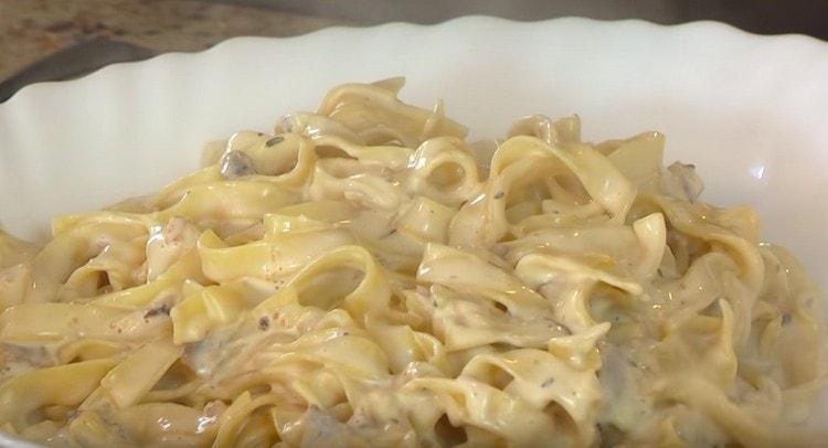 Спагетти с грибами в сливочном соусе готово.
