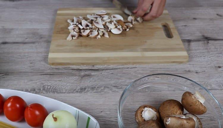 Нарезаем тонкими ломтиками грибы.