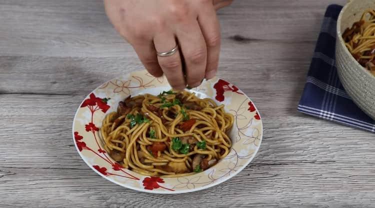 При подаче спагетти с грибами можно посыпать свежей зеленью.