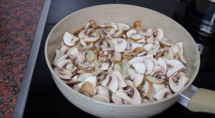 Добавляем грибы и жарим до полного испарения жидкости.