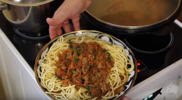 такие спагетти с мясом это вкуснейшее и к тому же полноценное второе блюдо.