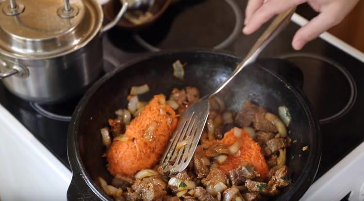 Следующей добавляем на сковороду морковь.
