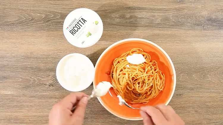 Для приготовления спагетти с томатной пастой добавьте сыр