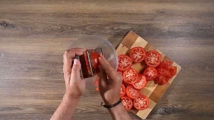 Для приготовления спагетти с томатной пастой, подготовьте ингредиенты