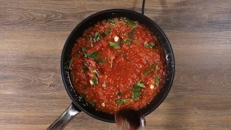 Для приготовления спагетти с томатной пастой смешайте ингредиенты
