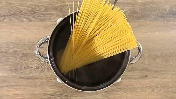 Для приготовления спагетти с томатной пастой отварите ингредиенты