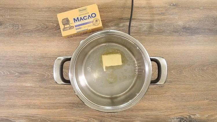 Для приготовления спагетти с томатной пастой растопите масло