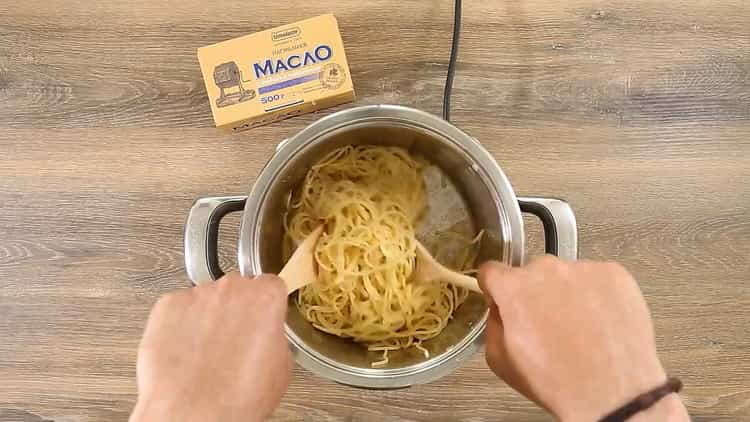Для приготовления спагетти с томатной пастой добавьте спагетти