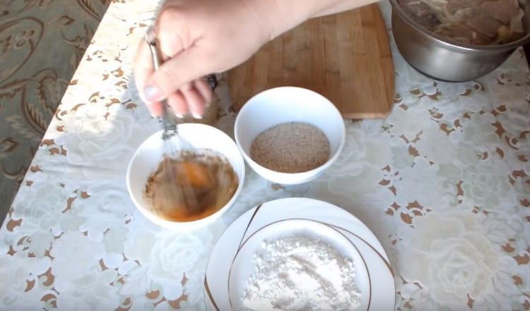 Венчиком перемешиваем яйцо с солью и специями.