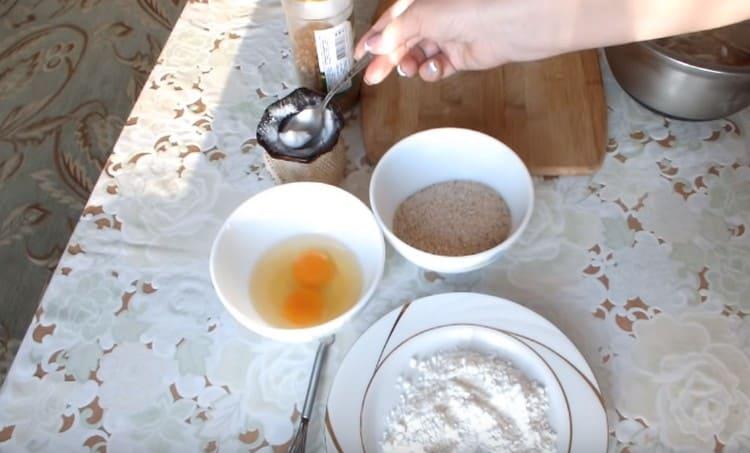 В миску выбиваем два яйца, добавляем соль.