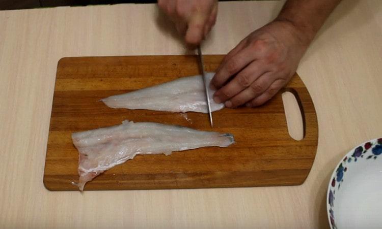 Судака чистим, потрошим, нарезаем на филе, а затем на небольшие кусочки.