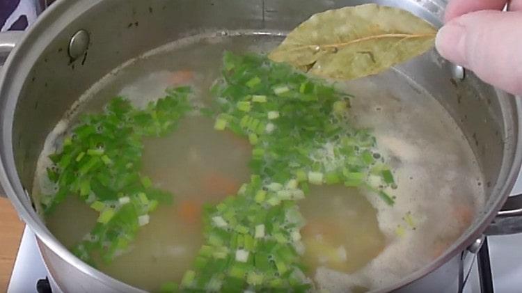 В готовый суп добавляем зелень, а также лавровый лист.