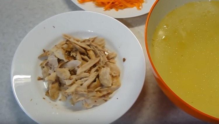 Когда курица сварится, бульон процеживаем, мясо отделяем от костей.