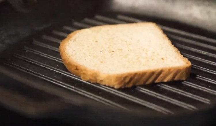 На сковороде гриль поджариваем хлеб.