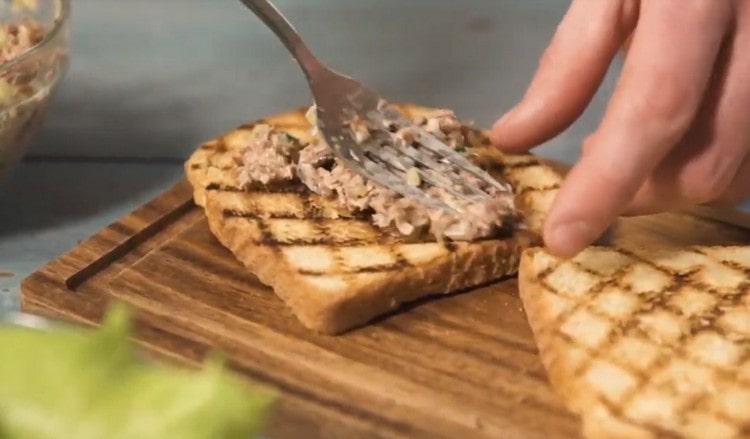 Намазываем массу из тунца на поджаренный хлеб.