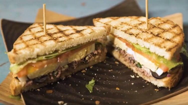 Вот такой аппетитный сэндвич с тунцом у нас получился.