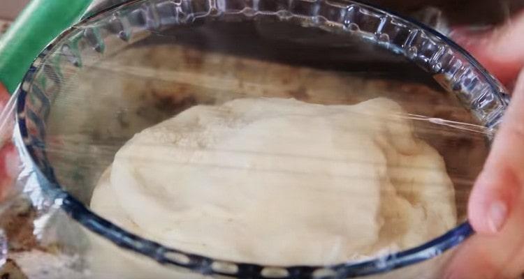 Готовое тесто нужно поставить на ночь холодильник.