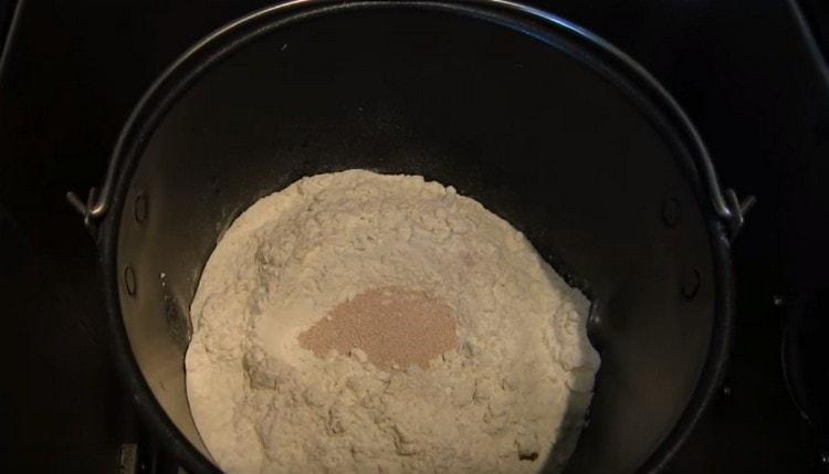 Ведерко, наполненное ингредиентами, устанавливаем в хлебопечку.