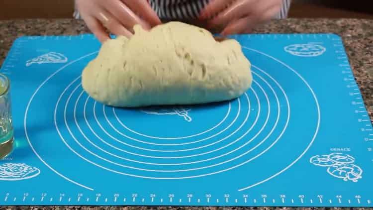 Для приготовления теста для ватрушек замесите тесто