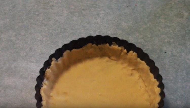 Основу для пирога прямо в форме нужно отправить в холодильник.