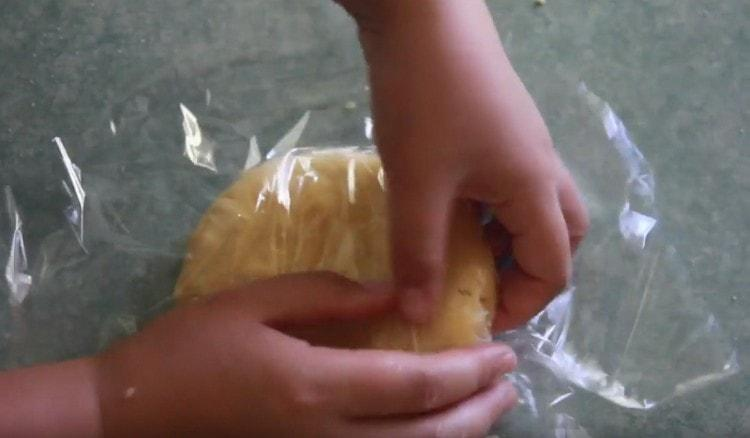 Готовое тесто заворачиваем в пищевую пленку и кладем в холодильник.