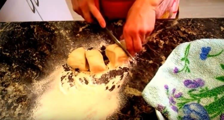 Сформировав из теста колбаску, режем ее на куски.
