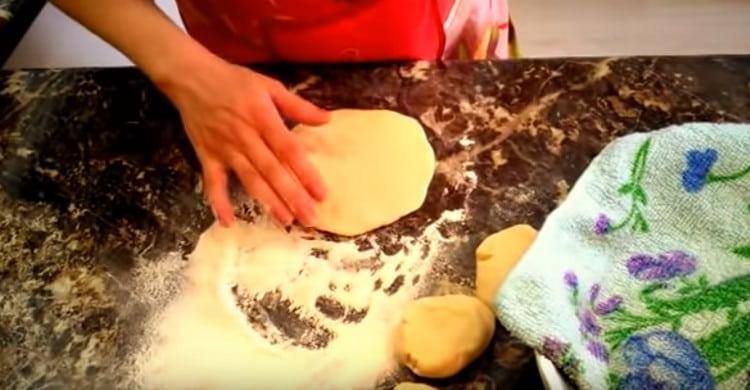 Каждый кусочек теста можно раскатывать и формироваться пирожки.