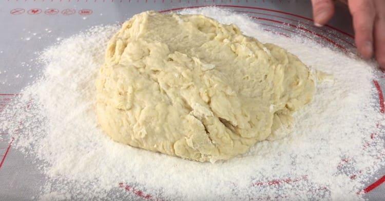 В муку выкладываем тесто и тщательно вымешиваем его руками.