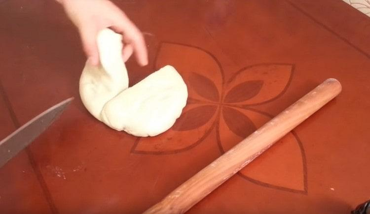 Разрезаем тесто пополам.